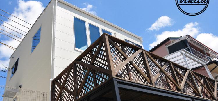 ウッドデッキ&吹き抜けリビングのある眺めのいい家。